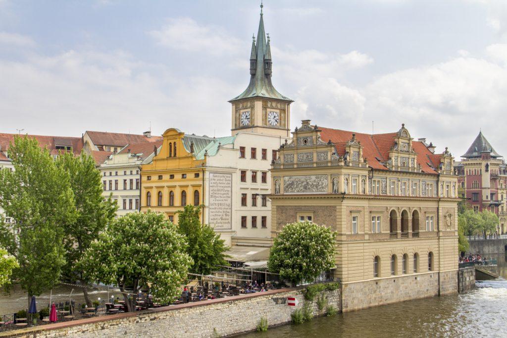 Vue sur la vieille-ville depuis le Pont Charles