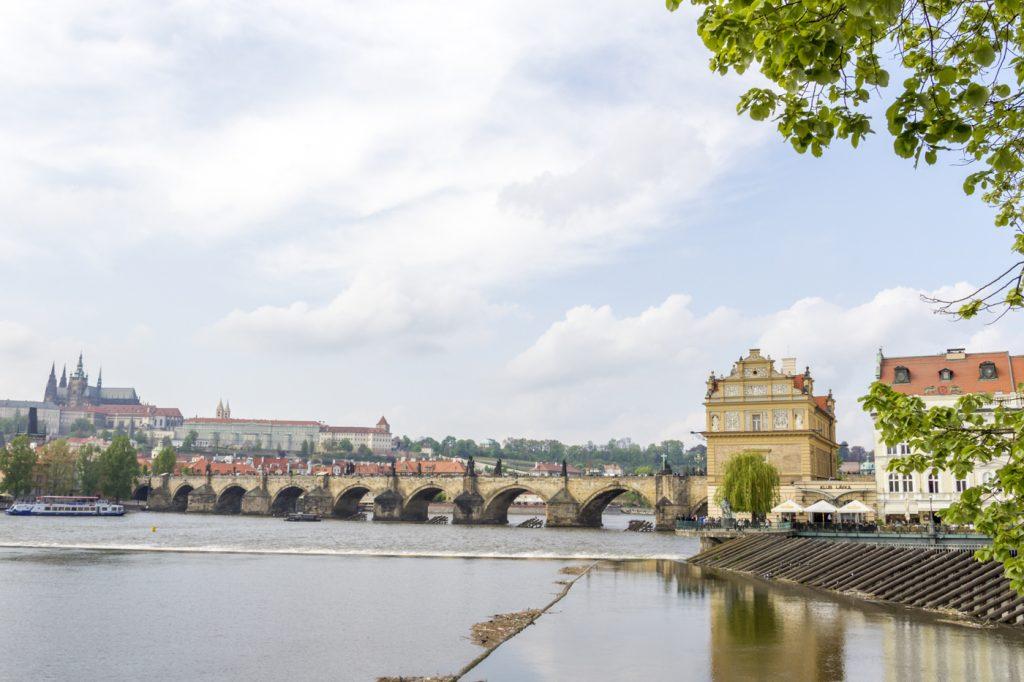 Paysage de Prague et son Pont Charles