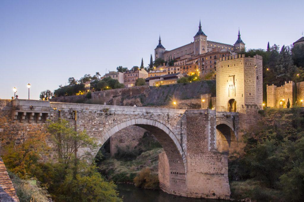 Pont Alcantara à la tombée de la nuit