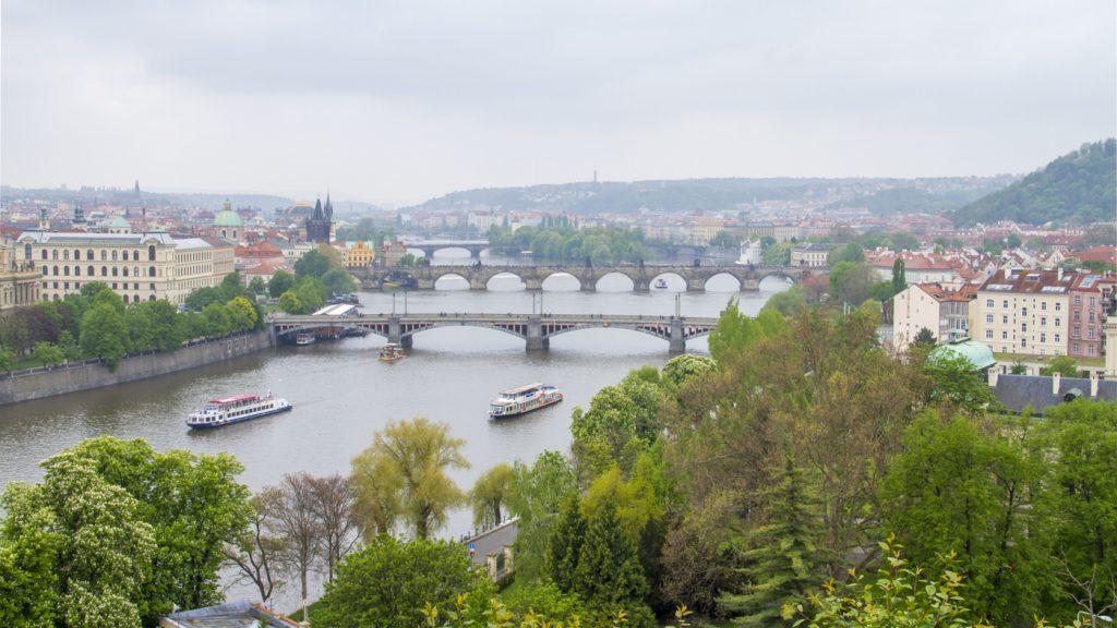 Vue panoramique sur les ponts de Prague depuis Letna