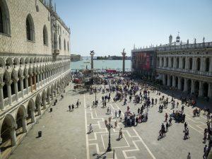 Vue sur la place Saint Marc et les colonnes